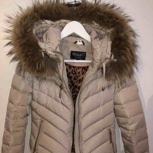 Hollis jacka i beige. Endast använd en vinter! Pris kan diskuteras vid snabb affär!!