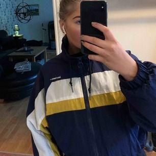 Jacka från Urban outfitters, väldigt snygg och går att matcha med mycket. Jackan är kort och sitter perfekt på mig (är 162cm). 💕🤯🧥👑