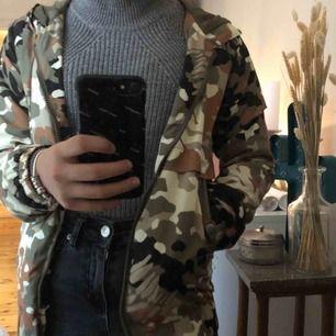 """Säljer den här as coola """"militär"""" jackan pga garderobsrensning. Passar till det mesta & e sjukt bra när man ba vill slänga på sig ngt snyggt<3 Jackan har även en luva & fickor. (Frakt ink. i priset!)"""