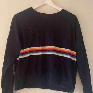 Mörkblå sweater med regnbågsfärgade ränder från Brandy Melville !! Köparen betalar frakt på 49:-, Rabatt vid köp av flera plagg!