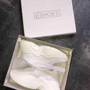HELT NYA sneakers från Nelly.com, enbart testade inomhus när bilden togs annars aldrig använda! Nypris 499:-