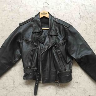 """Helt ny Gipsy Läderjacka i Vintage - Style (orginalpris 2.300kr) Snygg med bruna slitna detaljer och en tydlig figur. """"Hårt"""" material och stora i axlarna. Storlek S men passar även M"""