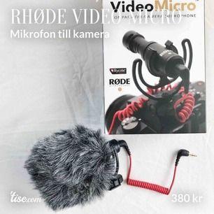 En liten mikrofon till systemkameror m.m. Ca 6 cm lång. Kommer med vindskydd, mikrofonhållare, sladd och innehållsförteckning. Aldrig använd. Öppnad låda men allt annat i perfekt skick. Köparen står för frakt!
