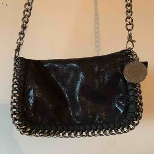 Fejk Stella McCartney väska med silverdetaljer. Använd 1 gång.