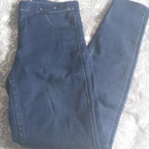 Snygga jeans i mjukt material. Aldrig använd, bara provade. Det står stl 38 på lappen, men tycker de är mer som en stl 36 eller 34. Frakt är inräknat i priset  Obs: det finns två vita