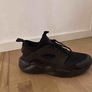Ett par helt nya Nike huarache, använda 2 ggr! Dom är i storlek 41 men dom är små i storleken så på mig som har storlek 40 i vanliga fall passar dom perfekt! 💕 säljer pga inte min stil.