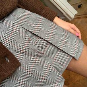 Söt kjol från Bershka, är gummiband på baksidan så den är stretchig vid midjan. Storlek S. Frakt ingår i priset