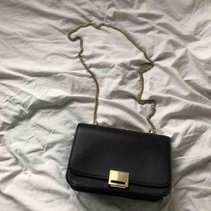 Väska ifrån Zara med gulddetaljer