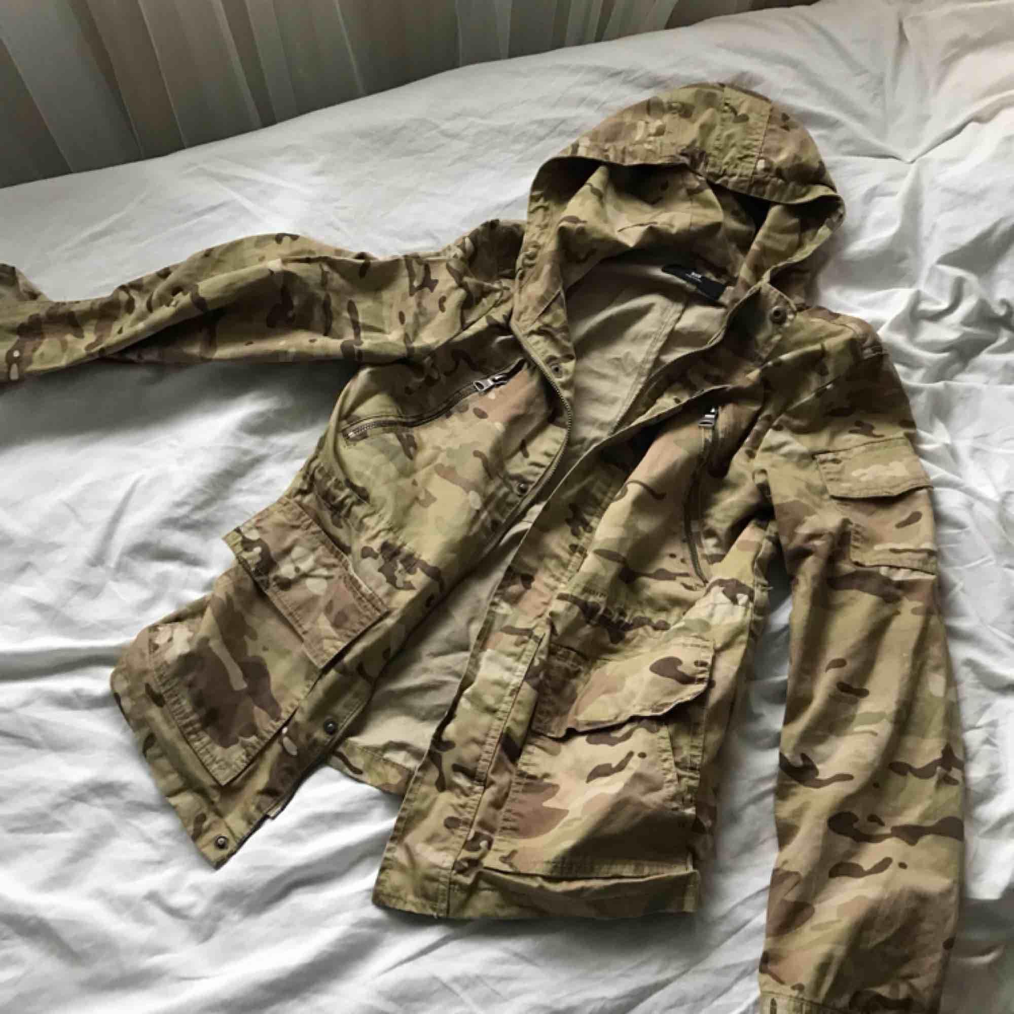 Camouflage-jacka köpt på New Yorker i storlek XS på herravdelningen :). Jackor.