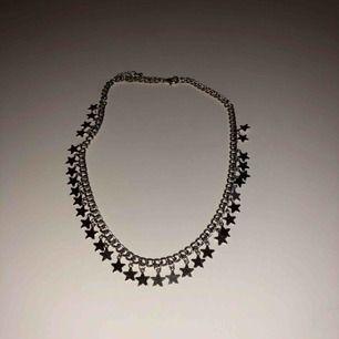 Kort halsband med stjärnor.
