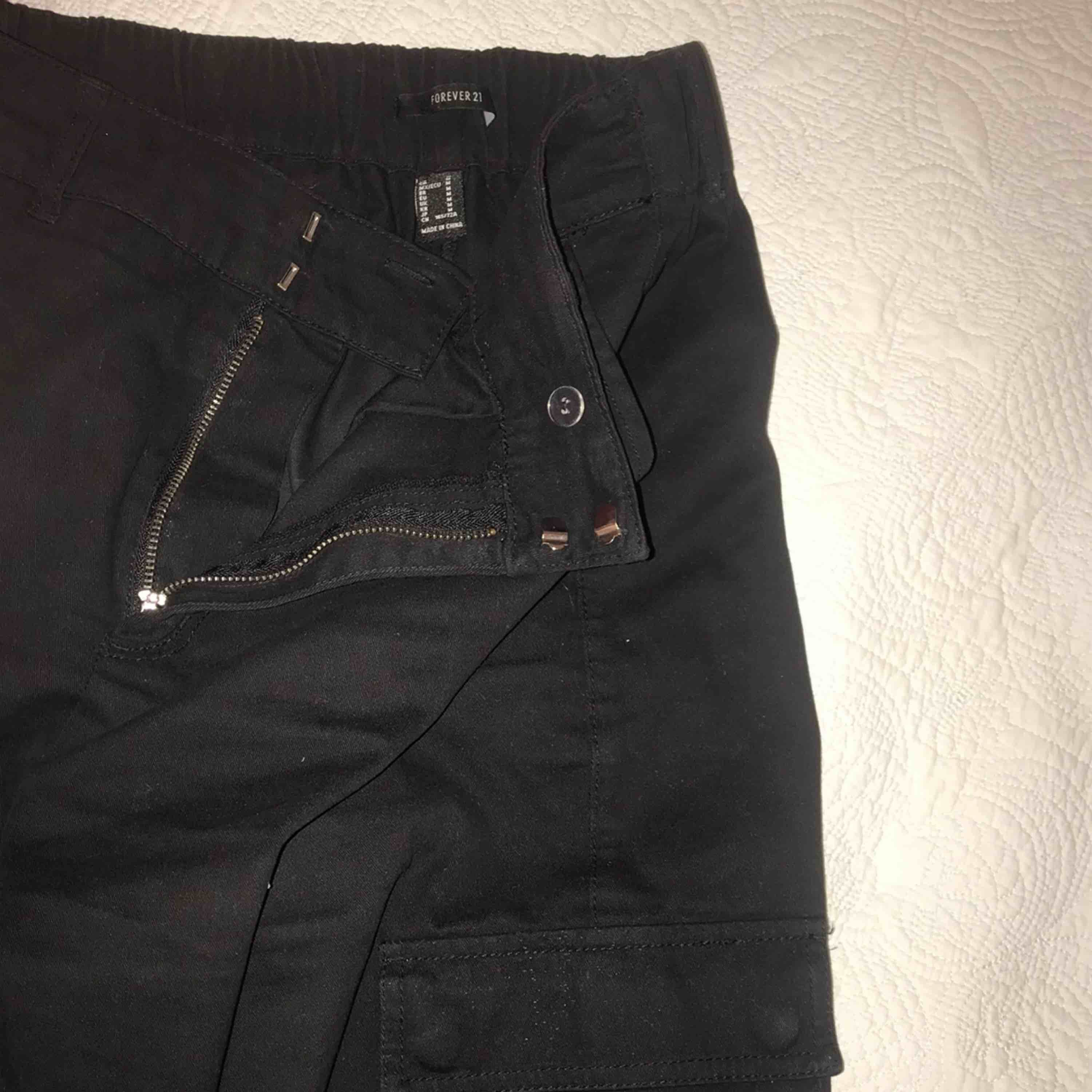 Black cargo pants from Forever 21. Only worn them a few times:) Original price was around 400kr. Meet up in Stockholm or pay for shipping🤩 . Jeans & Byxor.
