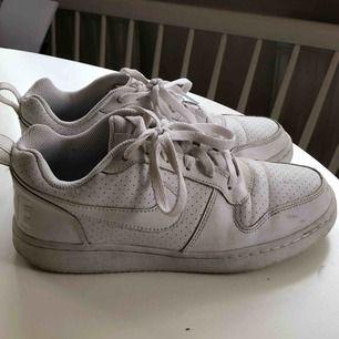 Nike skor, kan fraktas men köpare står för frakt!