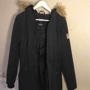 Säljer denna jätte fina Svea jacka eftersom jag inte använder den. Har endast använt den ett par gånger och den är i mycket fint skick. Nypris 2000 kr. Pris kan diskuteras!