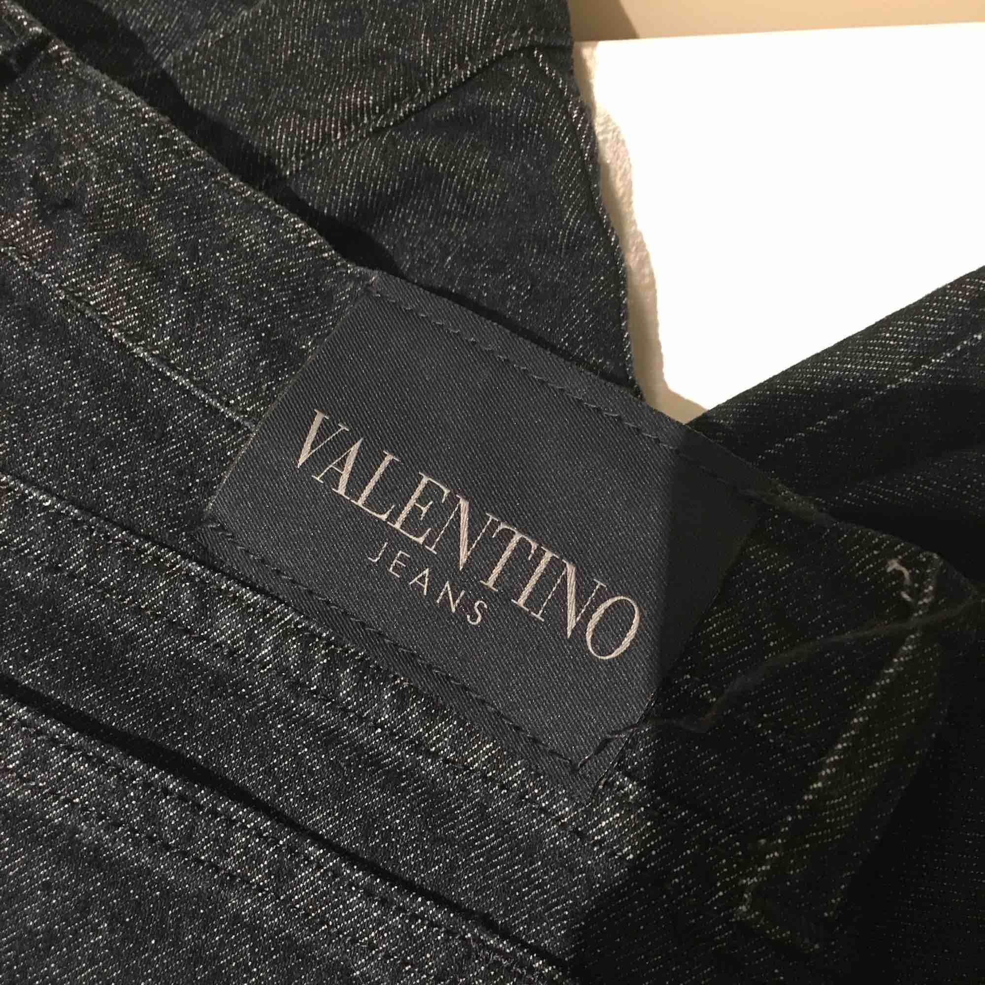 Valentino jeans, italiensk storlek (32) men skulle säga att det motsvarar en svensk 36:a (small). Jeans & Byxor.