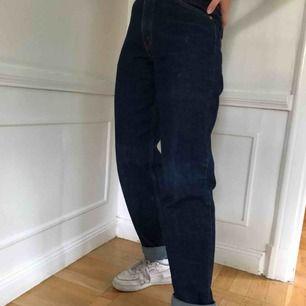 Ett par Levis jeans i modellen 550, rätt så löst passande. De är u storlek 31 i midjan men passar mer som 29-30. Hon på bilden är 171 cm lång för referens. Nästan oanvända!