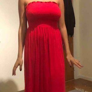 En tubklänning som passar perfekt som tex strandklänning eller till och med kjol. Stretchigt material så den passar de flesta! Köparen står för frakten
