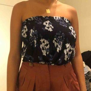 En blommig topp/kjol, funkar som både och😉 köparen står för frakten