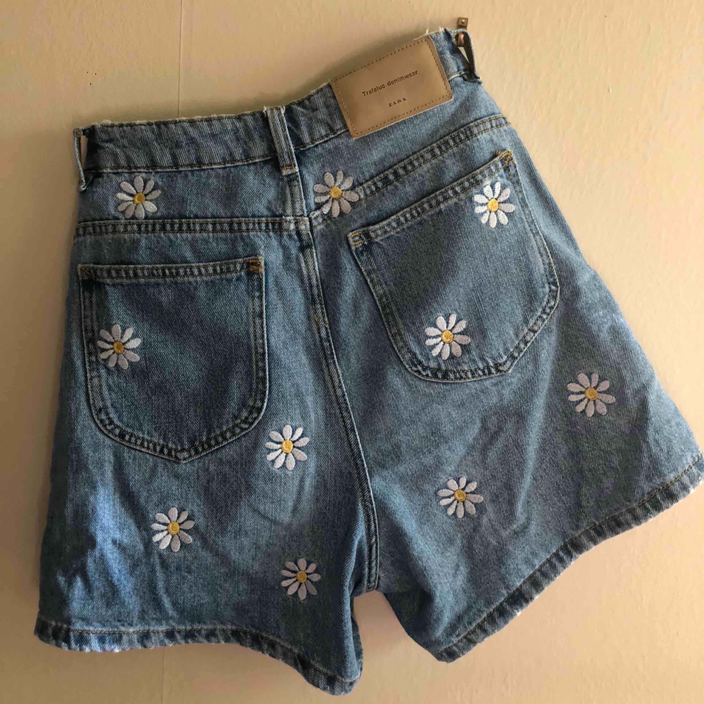 Jeansshorts med blommor på 50kr + frakt/ möta upp. Shorts.