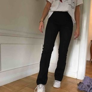 Svarta tiger of sweden bootcut jeans med ultra hög midja. De är perfekt längd för mig och jag är 171 cm. De skulle passa storlek 25-27 i midjan. I prima skick!