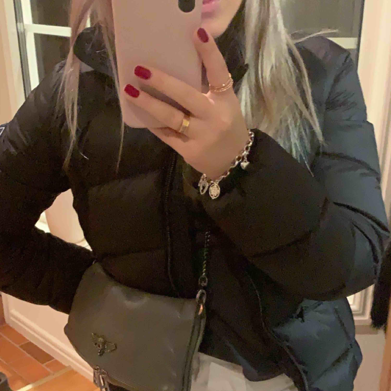 INTRESSEKOLL Säljer min dunjacka från gant, använd fåtal gånger under en säsong. Kan användas både i skidbacken och i vardagen då den är jättesnygg!! Säljer då jag tänkt köpa en annan :) Nypris 3499kr. Jackor.