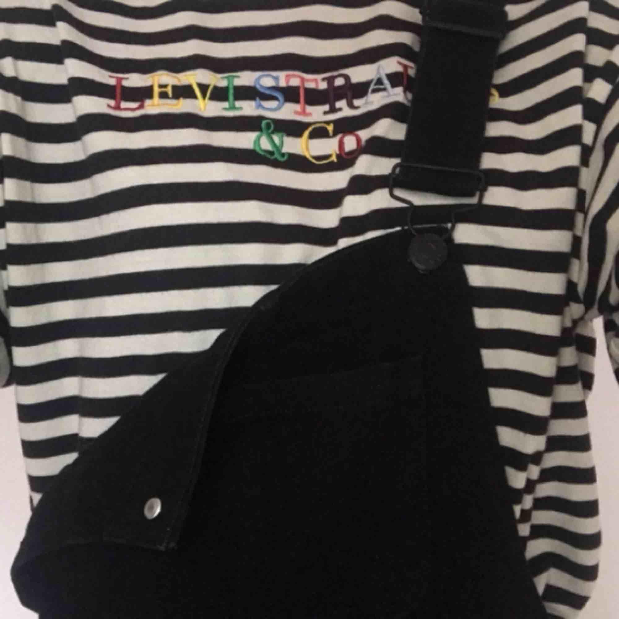 Säljer nu mina helt oanvända hängselbyxor från Monki i storlek s Aldrig kommit till användning  Frakt tillkommer (SNABB AFFÄR 200+frakt). Jeans & Byxor.