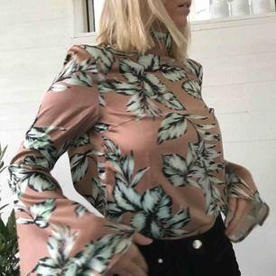 Blus med skitsnygg rygg och hög krage!! Frakt kan tillkomma