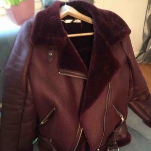Zara Birker jacka , i vinröd färg. Jackan är slutsåld .