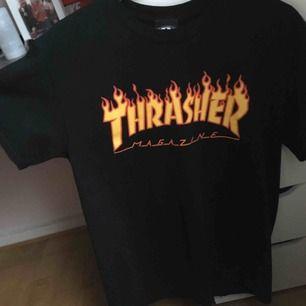 Säljer min thrasher t-shirt då den inte kommer till så mycket användning längre och den är ganska stor på mig. Använd ett fåtal gånger och inga fläckar eller hål. Möts upp i göteborg eller fraktar. Nypris 400 ☘️