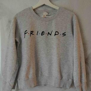 F.R.I.E.N.D.S tröja köpt på hm, storlek xs men passar s. Nypris 200 :)