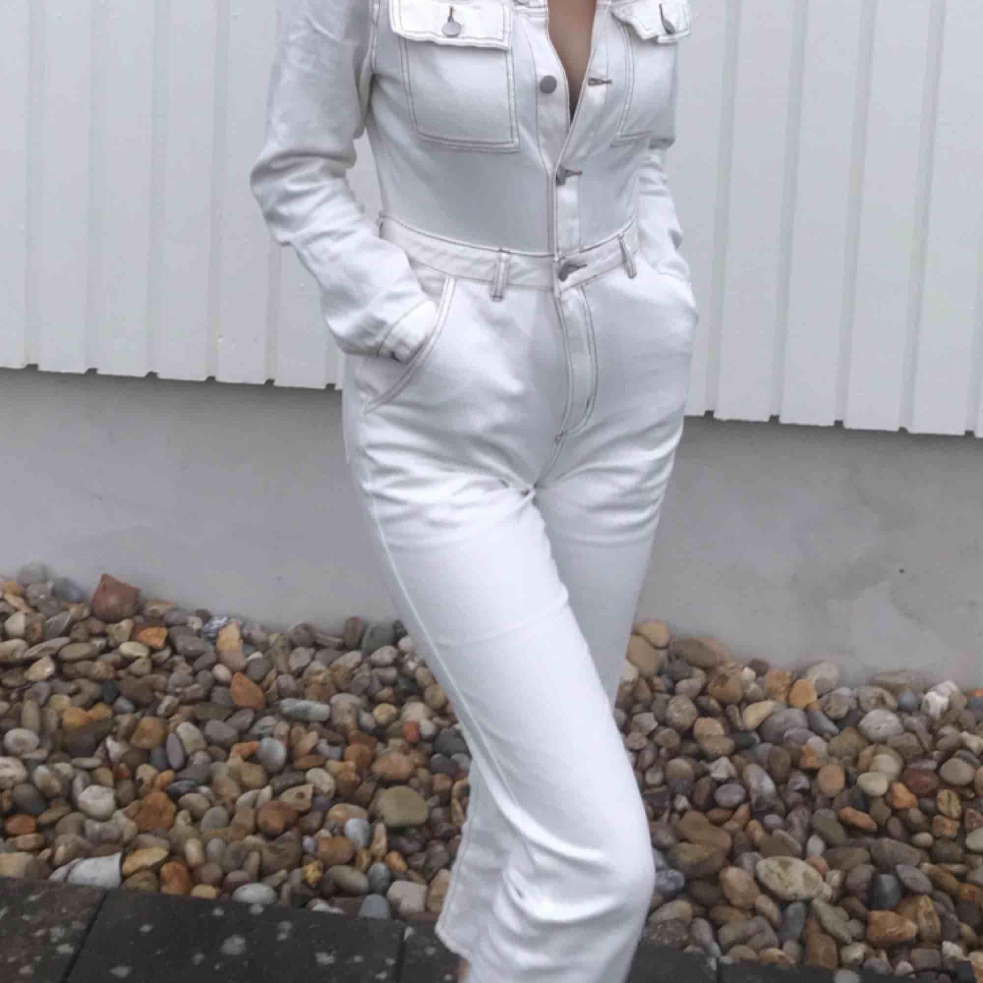 Vit jumpsuit i jeanstyg från boohoo!!. Jeans & Byxor.
