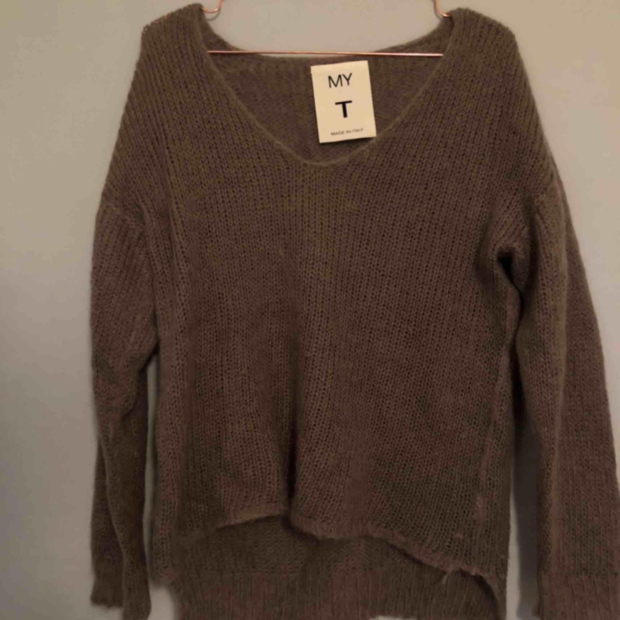 """Superfin stickad tröja från """"My T"""" i mohairmix👼🏼är i S men passar de flesta, beroende på önskad passform🧚🏼♀️ Fin brun färg och perfekt nu till hösten & använd ca 2-3 ggr🙏🏻 köparen står för frakt. Stickat."""