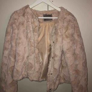 säljer denna mysiga pälsjacka från vero moda, har knappt använt & den är i toppskick 👌🏽 OBS kunden står för frakten! kan även mötas upp i stockholm för snabb affär
