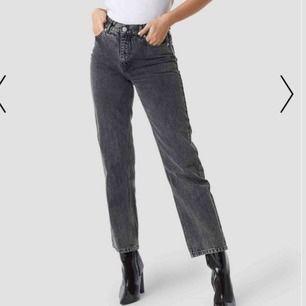 Aldrig använda jeans ifrån nakd! finns ett hål vid ena hällan (de sista bilden) och därför har jag sänkt priset. Orginalpris: 400kr. köparen står för (spårbar) frakt (64kr) 🥰📦