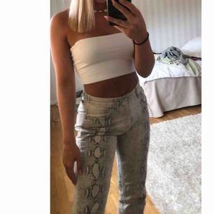 Ett par jeans i orm mönster ifrån Gina tricot! Väldigt fin passform och sitter bra på mig som brukar ha 36! Pris kan diskuteras vid snabb affär!!