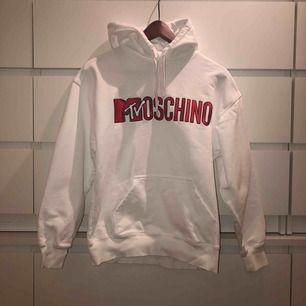Populär limited edition hoodie från samarbetet mellan Moschino och H&M. Använd knappt 1 gång så i nyskick. Originalpris ca 1000kr (109$)🦋möts upp i Stockholm annars står köparen för frakt!