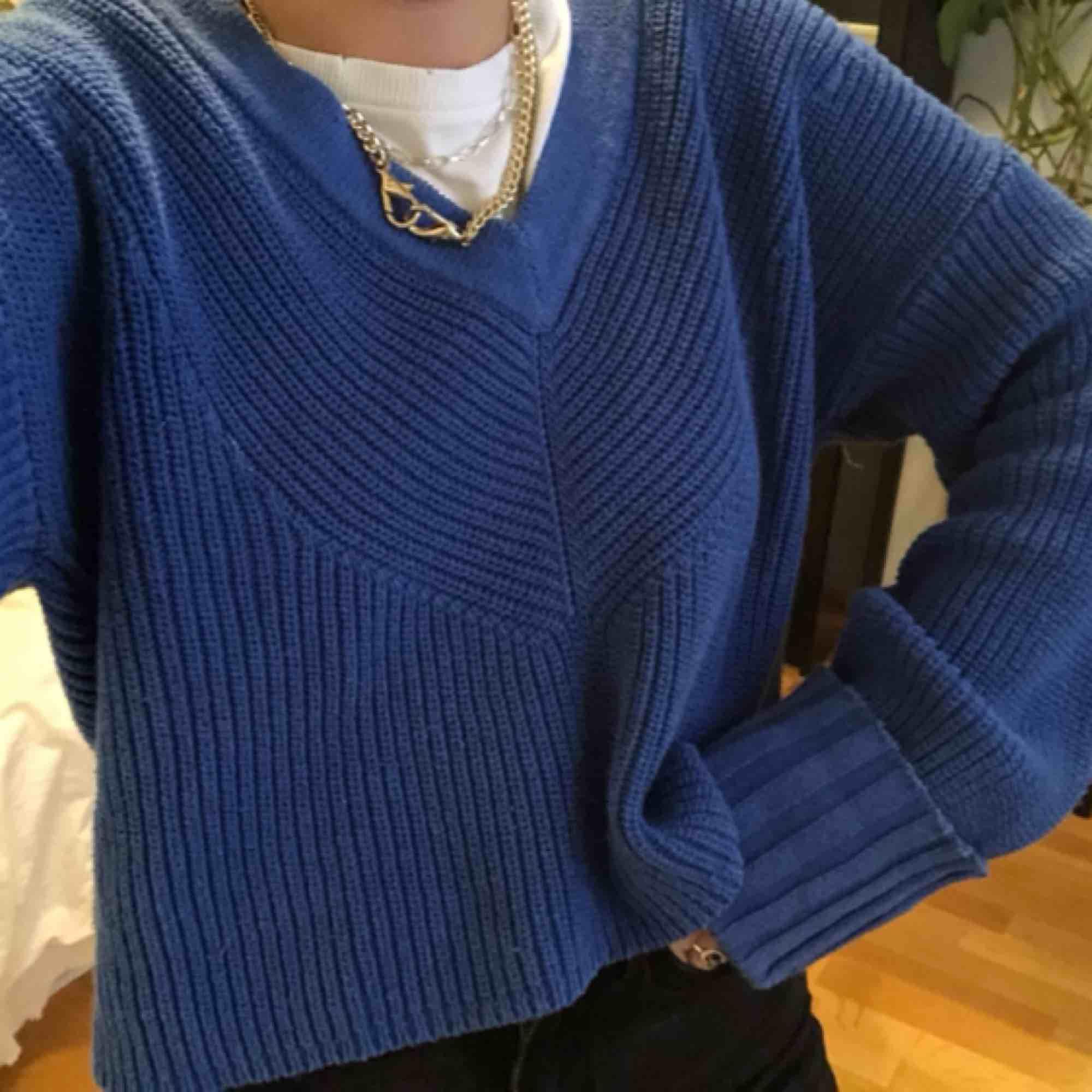 Blå stickad tröja från lindex🧚🏼♀️💘 V-ringad & långa uppvikta ärmar, samt coolt med en dragkedja där bak🤭💘 lite kortare modell & passar nog fler än S, beroende på önskad passform🧚🏼♀️. Stickat.