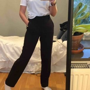 Jättefina mörkbruna byxor från mango🥰 lite raka i modellen & går att ha skärp🙏🏻 Cool ficka där bak (fake) och perfekta nu till hösten💖💖