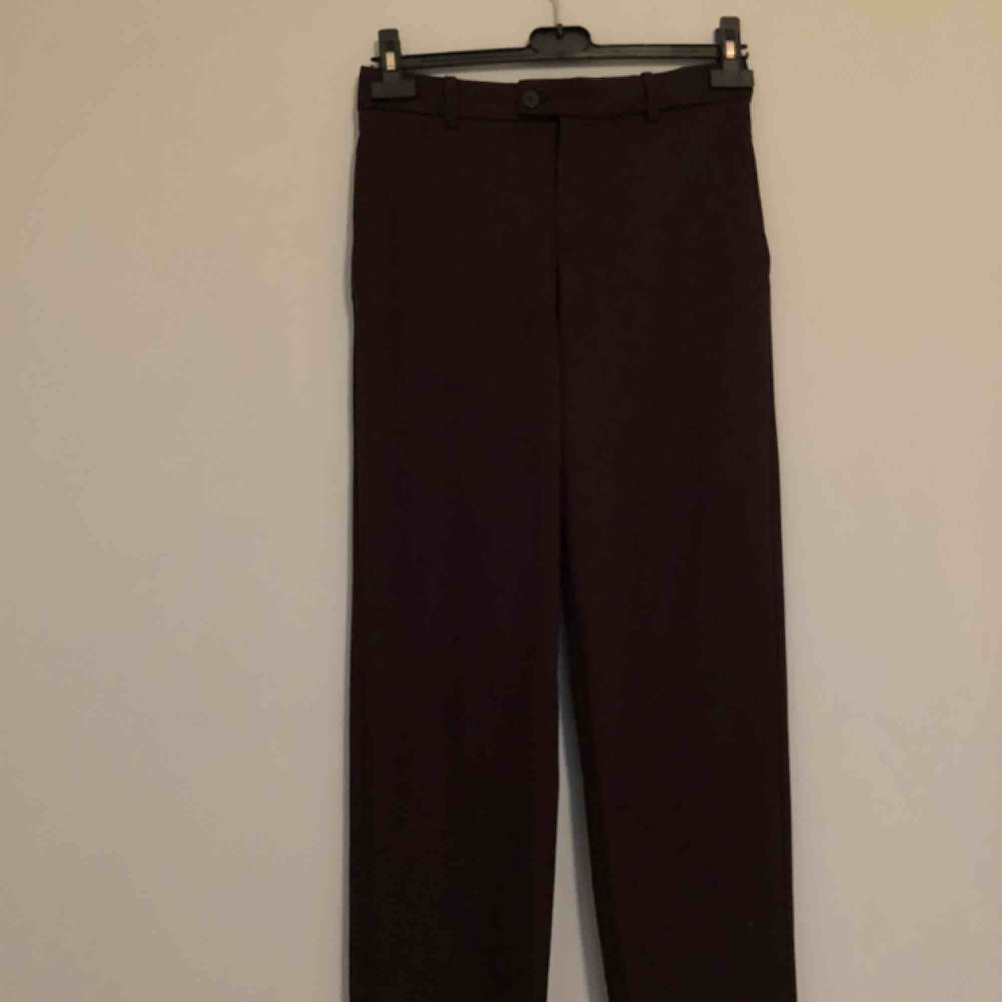 Jättefina mörkbruna byxor från mango🥰 lite raka i modellen & går att ha skärp🙏🏻 Cool ficka där bak (fake) och perfekta nu till hösten💖💖. Jeans & Byxor.