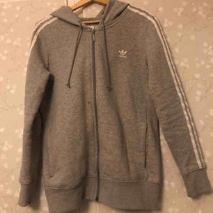 En grå adidas hoodie för 300kr. I bra skick