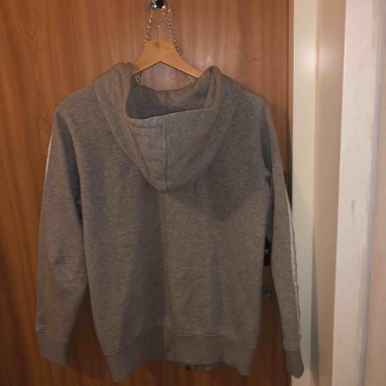 En grå adidas hoodie för 300kr. I bra skick. Huvtröjor & Träningströjor.