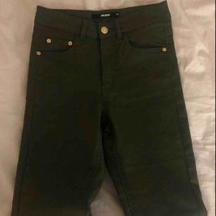 Militärgröna byxor från Bikbok. Aldrig använda då byxorna är lite för långa för mig (är 160cm) Så som nya