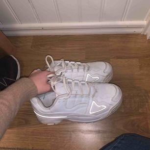 Chunky sneakers med reflex ifrån skopunkten lite smutsiga men går nog lätt att rengöra, condition 8/10