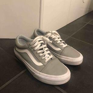 Ett par grå sneakers från Vans. Är i fint skick med få märken. Nypris: 899kr  Köparen står för frakt.