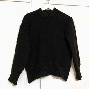 Stickad tröja, mjuk och väldigt skön, finns i Trollhättan men kan också fraktas 🌻 köparen står för frakten❗️