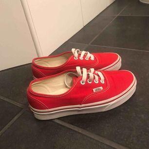 Ett par röda sneakers från Vans. Använda få gånger så i fint skick med lite märken på insidan av skon. Nypris: 649kr köparen står för frakt.