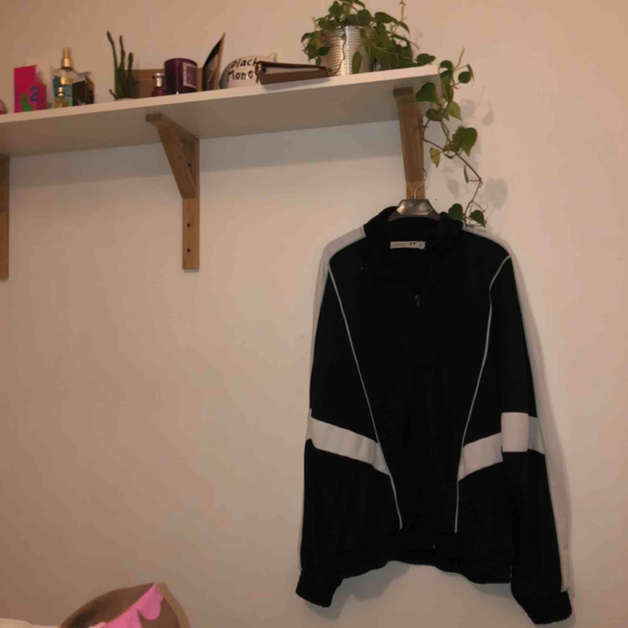 Jätte snygg tracksuit Köpt på Junkyard för 500 kr! Har använd Max 3 till 5 gånger 💕. Huvtröjor & Träningströjor.