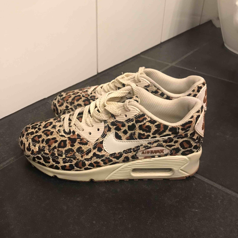 Ett par sneakers i leopard från Nike. Fåtal använda så i väldigt fint skick med fåtal märken på sulan. Köparen står för frakt. . Skor.