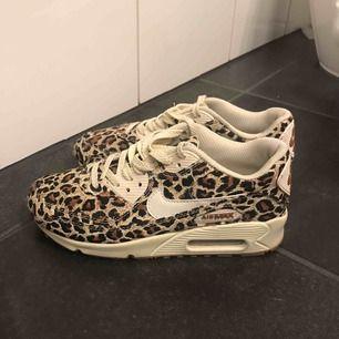Ett par sneakers i leopard från Nike. Fåtal använda så i väldigt fint skick med fåtal märken på sulan. Köparen står för frakt.