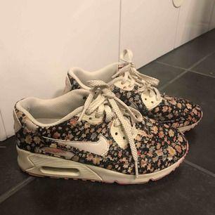 Ett par blommig sneakers från Nike. I använt skick (se bilder)  men har fortfarande mycket att ge. Köparen står för frakt.