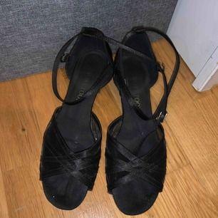 Dans skor i storlek 37. Använd i ca 5 månader men i väldigt bra skick. Hämtas upp vid intresse. Sälj pga för små. Ny pris 750kr.
